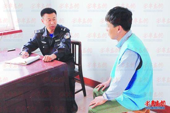 嫌疑人沈某接受警方审讯。
