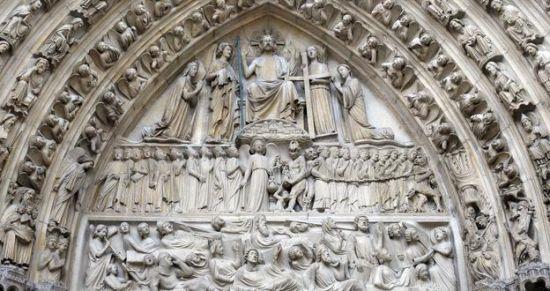 巴黎圣母院的入口装饰着精美的石雕。
