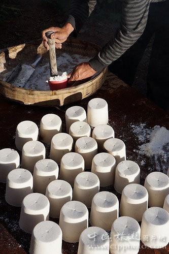 杨家坤家是熬盐世家,空闲时他在村口摆地摊出售他做的筒盐,10元一筒。