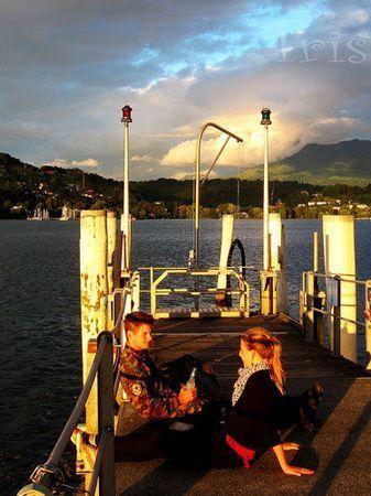 码头上悠闲的情侣