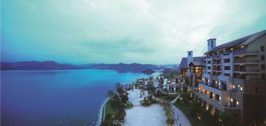 奢华酒店千岛湖地处浙江省杭州市淳安县,东距上海317公里、杭州129公里,西离黄山175公里。杭千高速、302、303省道直达景区。千岛湖是我国面积最大的国家森林公园,森林覆盖率达95%,绿视率近100%。每立方厘米含有超过6.2万个负氧离子,生态环境绝对一流,非常适宜疗养居住。千岛湖以一湖秀水而名扬天下。178亿立方米的水体、9-12米的能见度,是名副其实的天下第一秀水。 [上一页] [1] [2] [3] [4] [5] [6] [7] [8] [9]