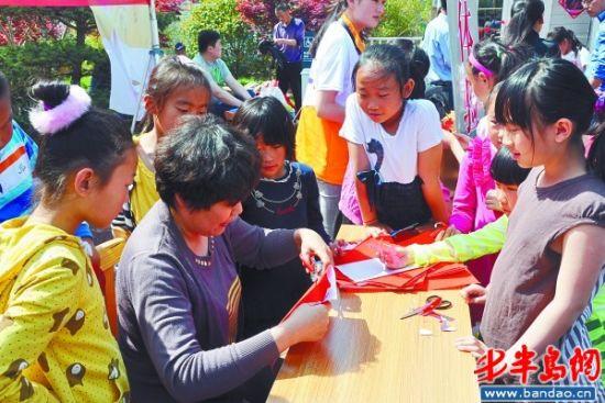 非遗展上,剪纸吸引了很多小孩子驻足观看。