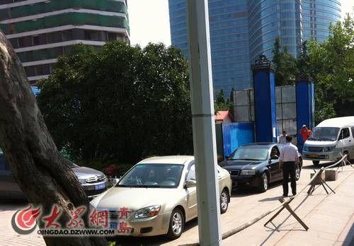 昨天下午三时 海天大酒店爆破工作人员在外围紧张忙碌 王琨 摄