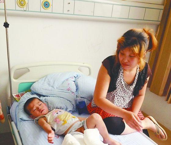 被撞伤的轩轩在医院接受治疗