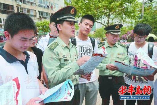 征兵办公室工作人员给考生介绍入伍的相关信息