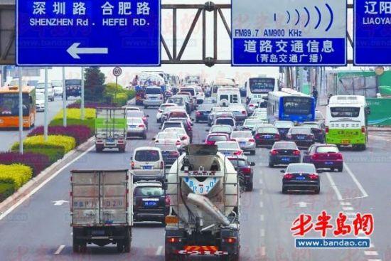 10日,辽阳东路靠近青银高速公路段,出青车辆增加的并不多。 记者 王滨