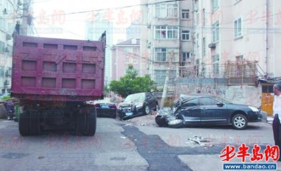 肇事大货撞到路边墙上才停下,把线杆也撞倒了。