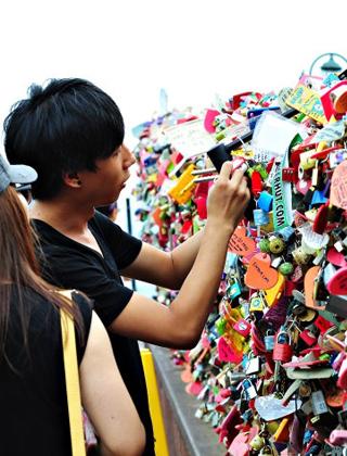 首尔南山爱情锁墙