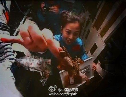北京航天飞行控制中心的大屏幕上显示,在神十轨道舱内,女航天员王亚平吃完粽子后,向摄像头展示粽叶,萌呆了!男航天员张晓光则手持摄像机,将这一景象摄入镜头中。来源:中国航天报