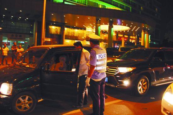 司机张某撞车后,正在接受交警处理。