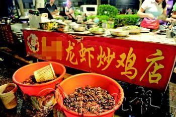 夏日来临,济南街头各种龙虾店生意火起来。