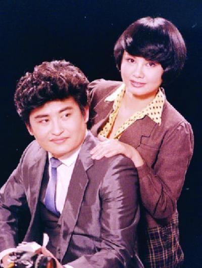 刘欢夫妇年轻时的照片。