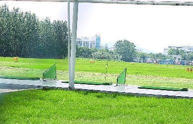 齐鲁工业大学校内新建的高尔夫练习场(胡磊 摄)
