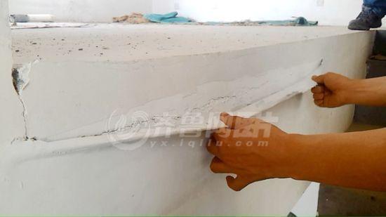 新交房的房子已经出现了不少裂缝,其中一处,业主称被开发商用胶带粘了起来。