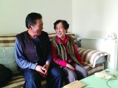 乙阿姨(右)和崔大爷(左)有说有笑地聊天