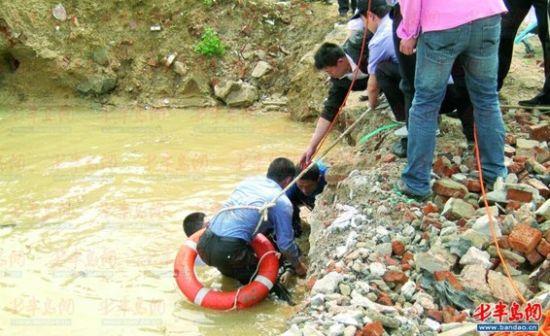 青岛小学生为捉鱼给妈妈吃 掉入深水坑溺亡(图)