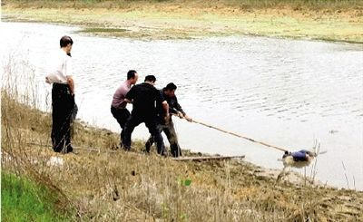 索须河河边,约50岁的电鱼男子被打捞上岸。