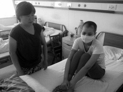 何伟与母亲在病房忧心忡忡