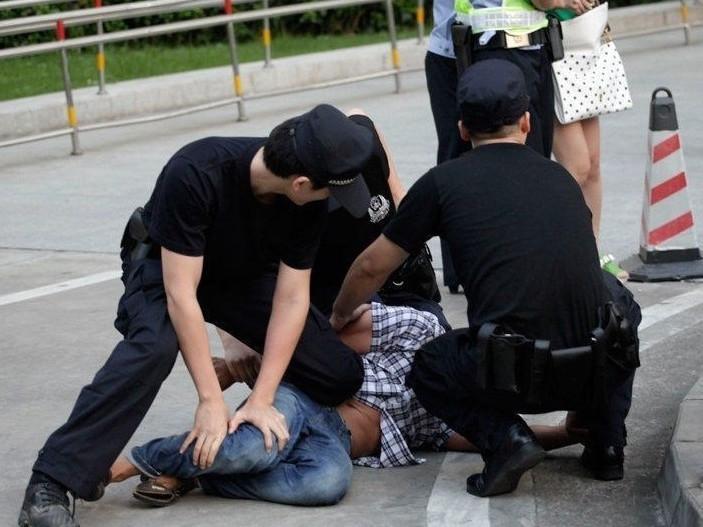 警方查赌小伙坠亡