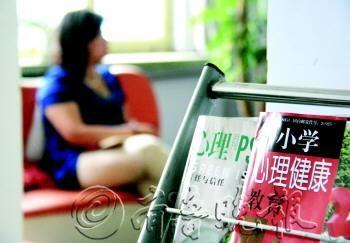 潍坊市坊子区北海双语学校为每个班级配备了一名专职心理教师,该校的心理咨询室内摆放着不少与小学生心理有关的书籍。