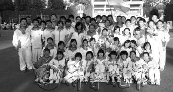 青岛58中高三2班56名学生全过一本线。  图片由该班学生提供
