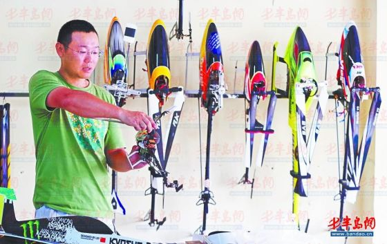 ▲王祥胜的工作室里挂满了飞机模型。