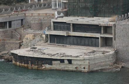 青岛市原副秘书长卢新民的女儿的别墅顶风违法建设。中国青年报记者 高四维摄