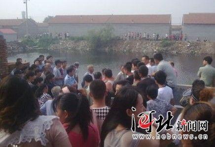 网友爆料称,交警站在人群中却不施救。图片由网友拍摄。