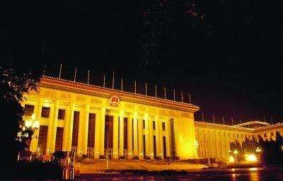 北京人民大会堂。结论: 白天的图片上两者对比差异非常明显,相似度很低。而夜景照片,接近的拍摄角度,加上灯光效果、相似的罗马柱风格,会让人觉得两者略有点相似。