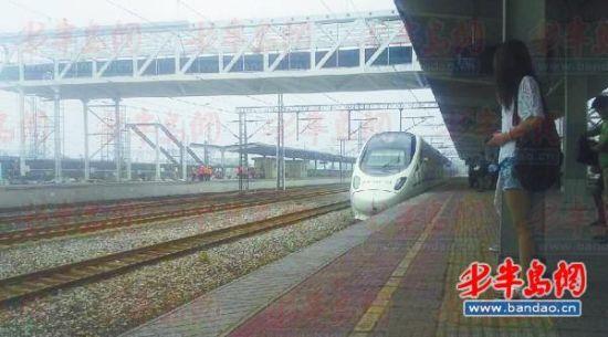 伴随着暑期的来临,高密火车站自7月1日起实行新运行图,14趟列车发生了停站变化,其中 ,有6趟列车取消了高密停站点,重新增加了2趟在高密停站的列车。为应对暑期客运高峰,高密火车站增加了烟台-北京、北京-烟台方向的列车。另外,火车站工作人员在此提醒各位外出或返乡的学生,购买学生票的乘车时间为6月23日至9月10日,且购买学生票时一定要携带优惠卡,购买的车票一定要符合优惠乘车区间。   取消6个高密停站点   自今日起,高密火车站新的运行图就开始实施了。6月27日,记者从高密火车站获悉,在此次调整中,共有