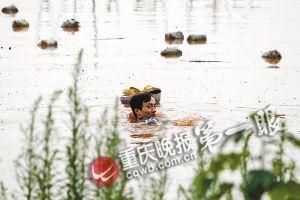 自己楼房被洪水围困,怀孕5个月的妻子饿得头晕眼花。潼南县柏梓镇的尹勇做出一个让人没想到的举动:在洪水中来回游泳1000米,给妻子找来热饭菜。