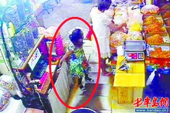 青岛南山市场商户手机被偷 监控拍下孩子行窃过程