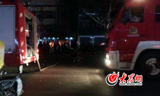 """爆炸发生后,多辆消防车赶到现场。(大众网拍客""""瑞瑞""""提供)"""