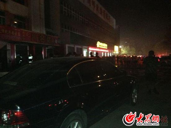 爆炸发生后,现场被市民挤满。(大众网拍客提供)