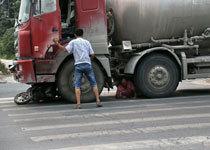 女子被卡车轮下求司机别碾死她