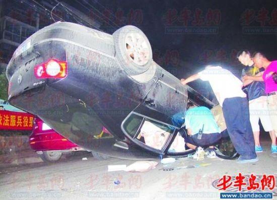处理事故的工作人员在车内查找有价值的信息。