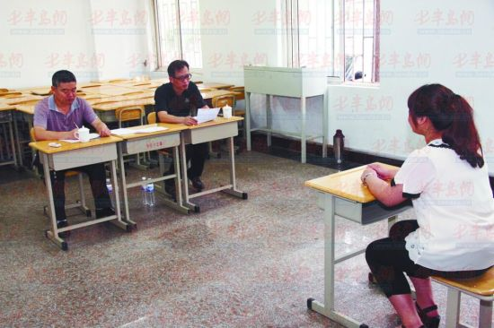 7日上午 ,一位报名青岛地铁定向委培生的考生在接受面试。