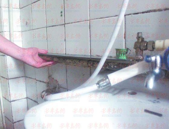 居民家的自来水管道有老化的迹象。