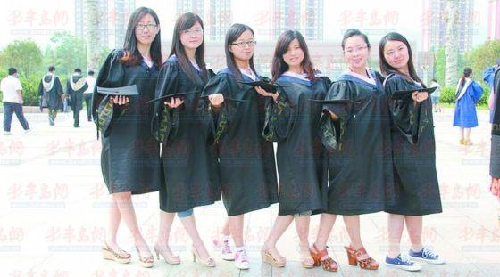 2013年6月,山东科技大学A13108宿舍的6位姑娘们迎来了她们人生中最重要的一段时间,准备毕业论文、论文答辩、论文修改而在一年前,A13108宿舍的姐妹们同样经历了一段忙碌而又充实的日子备战硕士研究生考试。2013年2月份,山东科技大学文法学院法学2009级1班A13108宿舍的姑娘们共同努力、坚持不懈,六人全部考上研究生,成为2013级硕士研究生新生中的一员。   去自习室路上解决早餐   山东科技大学文法学院法学2009级1班A13108宿舍的六位姑娘在大三上学期最终确定了