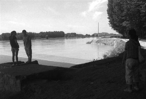 叶女士看到有人在黄河岸边准备下水游泳,就上前去劝说