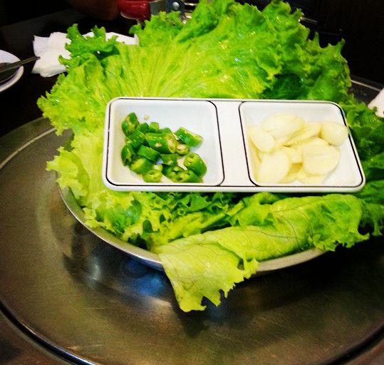 搭配烤肉的生菜和蒜、辣椒
