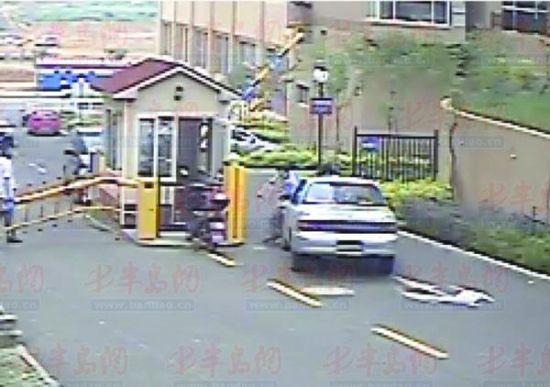 ▲ 10日下午 ,该男子驾车出门 ,将试图拦住他的两名保安撞伤。