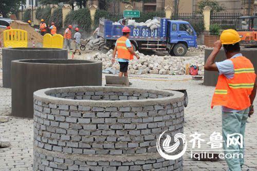 水泥坛一共有6个,高1米左右,用砖头砌成,其中5个外壁已经抹上水泥。(孙志文 摄)
