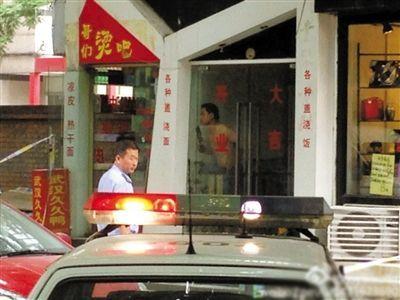 闯入面馆的持刀男子与赶来的民警隔着玻璃门对峙,后店内一名女童被其劫持。网友供图