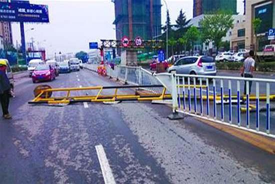 最短命限高杆:不到24小时被605路撞断_青岛车市_青岛