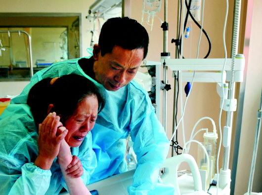 7月17日,李杰父母在手术前向李杰告别。