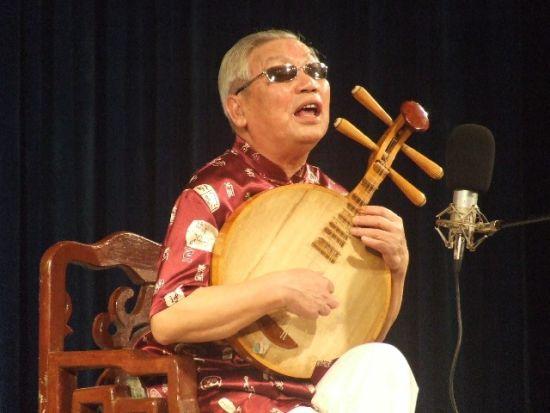 彭延坤老人在表演长沙弹词