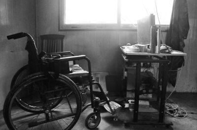 冀中星的卧室里,一台电脑成了他上网发布信息和维权的主要工具。冀中吉说这台轮椅是借钱买的