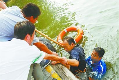 在搜救演练中,泉水节志愿者跳入水中,营救落水者。 黄中明 摄