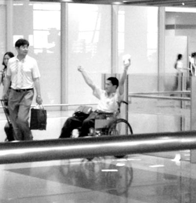 嫌疑人冀中星手持自制爆炸装置在首都机场。